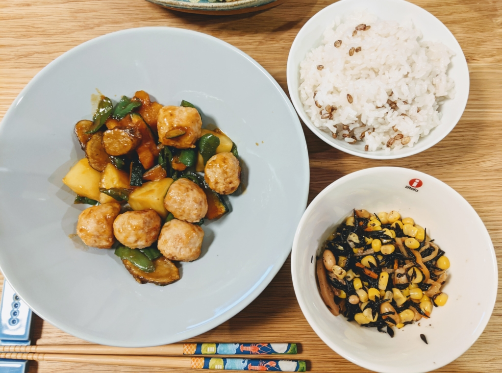 ふんわり鶏団子と根菜の甘照り炒め ひじきとつぶつぶコーンのバター醤油 オイシックス 料理 レシピ