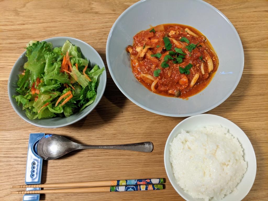 塩麹豚ロースのたっぷりトマト煮込み、 オニオンガーリックでレタスサラダ オイシックス 料理